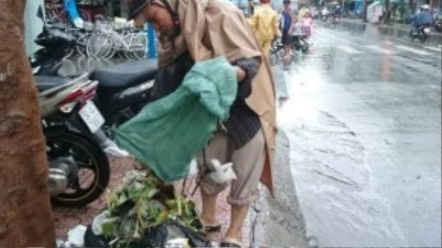 Con đường trở nên thông thoáng hơn, nước bắt đầu rút khi đủ loại rác thải được về đúng vị trí của nó.
