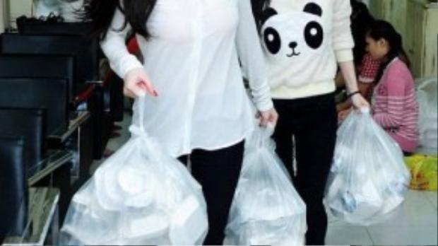 Vẫn là áo sơ mi trắng nhưng Angela Phương Trinh đã chọn kiểu áo không cổ cách điệu. Chất liệu voan mỏng đã làm tôn lên làn da trắng cùng vẻ đẹp mong manh của cô nàng.