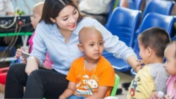 """Mới đây, tại chương trình từ thiện """"Vui hội trăng rằm"""" dành cho các em nhỏ đang điều trị tại bệnh viện K trung ương Hà Nội, hoa hậu Kỳ Duyên đã ghi điểm bởi hình ảnh nhẹ nhàng với áo sơ mi baby blue và quần âu."""