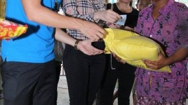 Gia đình Công Vinh - Thủy Tiên vẫn luôn khiến mọi người ngưỡng mộ về mật độ hoạt động từ thiện thường xuyên của mình. Ở các chuyến đi, Thủy Tiên đều chọn áo sơ mi, quần âu cùng giày bệt búp bê gọn gàng.