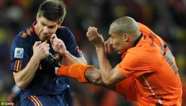 Những pha bạo lực đáng sợ trong lịch sử bóng đá thế giới
