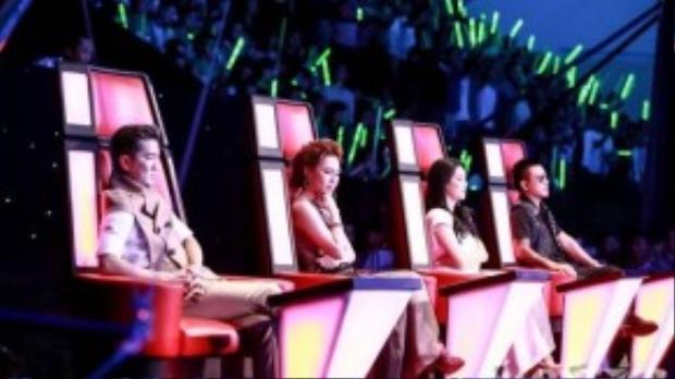 Giám khảo nhắm mắt để cảm nhận giọng hát truyền cảm của thí sinh đội Mỹ Tâm.