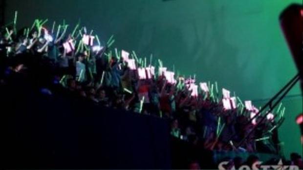 Rừng fan Mỹ Tâm cuồng nhiệt với băng rôn, đèn cổ vũ đẹp mắt.