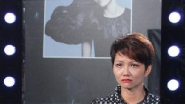 Trong thử thách này H'Hen Niê đã bật khóc không phải vì cắt tóc mà vì màu tóc.