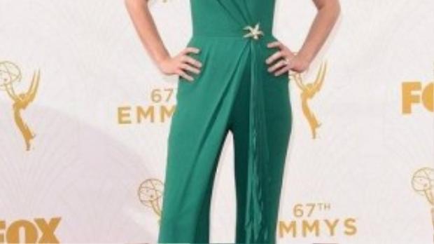 January Jones nổi bật trong bộ jumpsuit màu xanh lá cây với những đường bèoấn tượng.