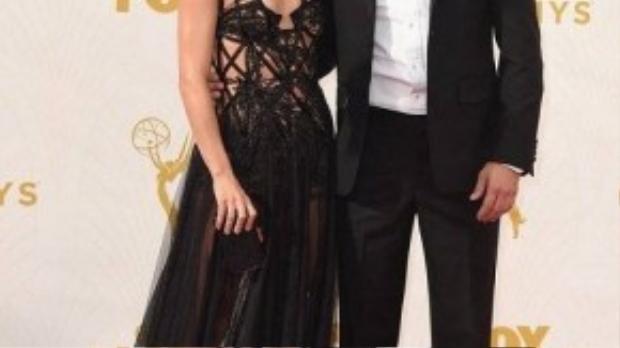 Julianne Hough diện đầm đen kiêu sa với những đường cắt xẻ táo bạo. Người đẹp đến tham dự sự kiện cùng Derek Hough.