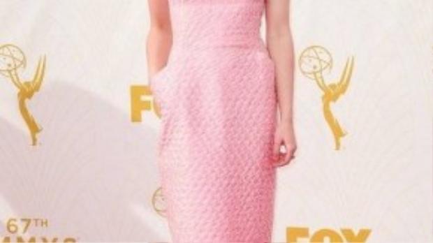"""""""Cô con gái thứ hai nhà Stark"""" Maisie Williams xuất hiện với chiếc đầm hồng phần cùng giày cao gót đính lông vũ đáng yêu."""