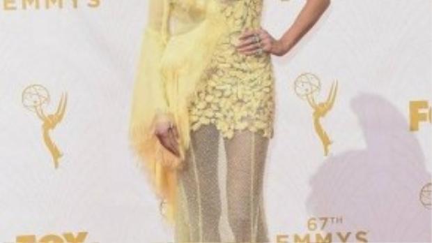 Bộ váy xuyên thấu đã góp phần làm tôn lên vóc dáng chuẩn - vốn là lợi thế của siêu mẫu Heidi Klum.