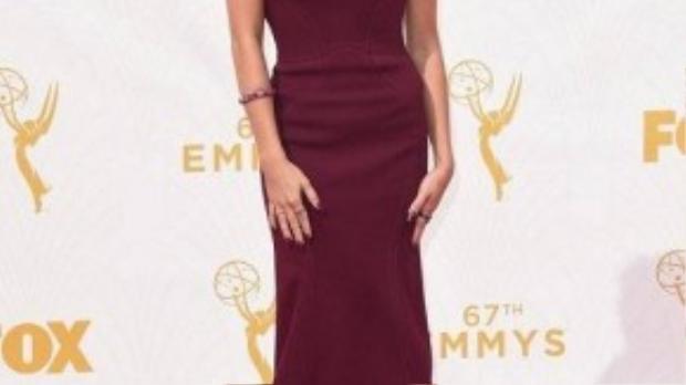 Diễn viên của series Modern Family Sarah Hyland diện mốt váy trễ vai gợi cảm.