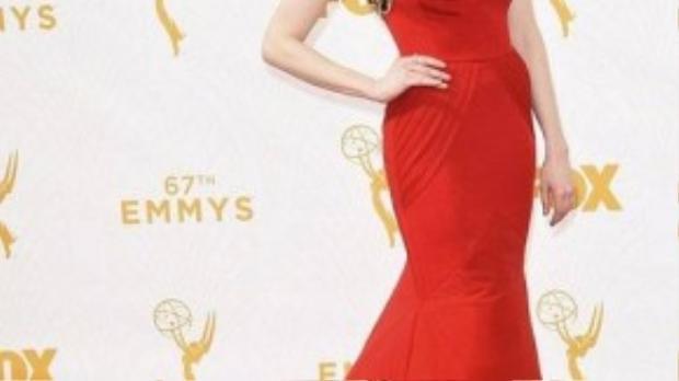 Bộ đầm đỏ hiệu Christian Siriano với chi tiết cut out trên cổ áo cùng họa tiết hoa văn nổi bật khiến Laura Prepon trở nên sang trọng và quyến rũ. Chương trình truyền hình cô tham gia - Orange Is the New Black - cũng nhận được 4 đề cử ở lễ trao giải năm nay