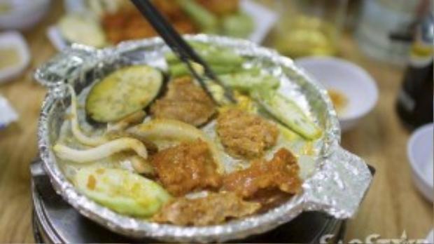 Thịt vẫn nguyên vị ngọt và đậm đà nướng sốt sau khi nướng. Ăn kèm cùng rau củ tươi để giảm vị ngấy.
