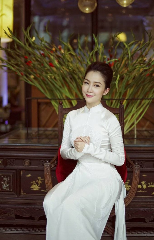 Linh Nga trang nhã trong tà áo dài truyền thống