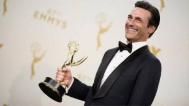 Jon Hamm nhận cúp vàng Emmy đầu tiên trong sự nghiệp, sau 8 lần được đề cử. Ảnh: Getty Images
