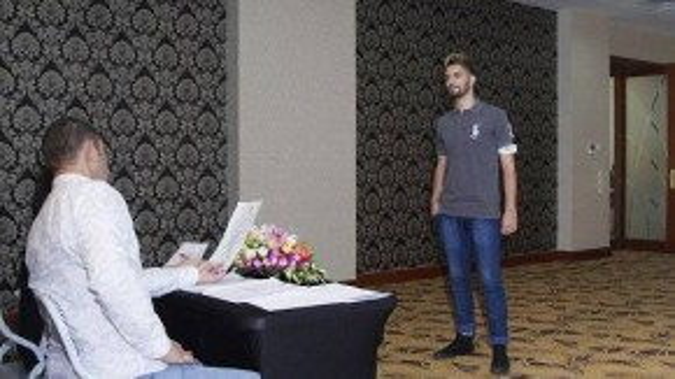 Một nam người mẫu ngoại quốc đến casting, thu hút được sự chú ý của ban giám khảo.