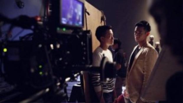 Trong những hình ảnh từ phim Con ma nhà họ Vương vừa tung ra, nhà sản xuất Lương Mạnh Hải bị Hồ Vĩnh Khoa hành hạ trong căn phòng bí ẩn.