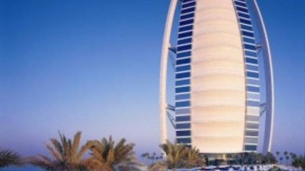 Được thiết kế theo hình dạng cánh buồm, khách sạn Burj Al Arab đã trở thành biểu tượng nổi tiếng của Dubai, là khách sạn 7 sao duy nhất trên thế giới với sự xa hoa khó tưởng tượng. Khi đặt phòng ở đây, du khách sẽ được xe Rolls-Royce có tài xế riêng đến đón ở sân bay.