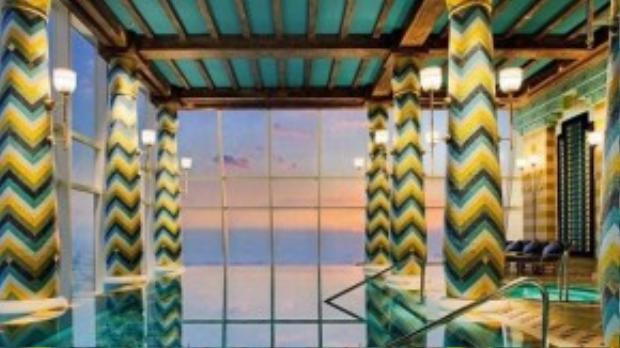 Khu spa độc đáo này cho du khách nhìn ra chân trời Dubai. Tuy nhiên, phí dịch vụ ở đây không rẻ chút nào. Vé ngày (dùng trong 3 tiếng) lên tới 400 USD (8 triệu đồng).
