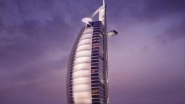 Khách sạn còn có nhà hàng Al Muntaha nổi tiếng trên đỉnh, với bãi đỗ trực thăng dành cho các vị khách không muốn phải di chuyển trên đường.