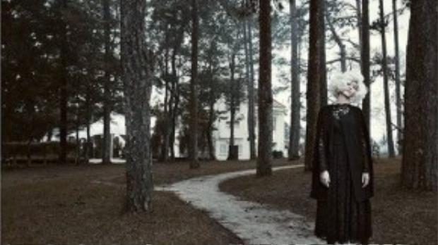 Bộ ảnh được thực hiện trong bối cảnh huyền bí, lãng mạn của núi rừng Đà Lạt.