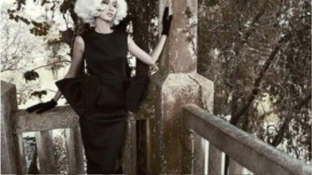 Người đẹp hóa quý cô thập niên 1950 với kiểu tóc ngắn được uốn xoăn bồng bềnh cùng đầm ôm và găng tay.