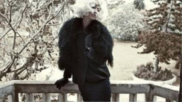 Nhà thiết kế chọn chất liệu lông thú cho áo khoác cổ tròn góp phần làm tăng vẻ sang trọng, quý phái.