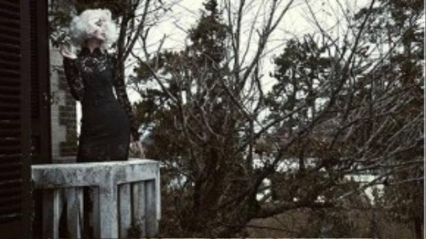 Đỗ Mạnh Cường đã chọn ren làm điểm nhấn cho cổ áo dài cách điệu.