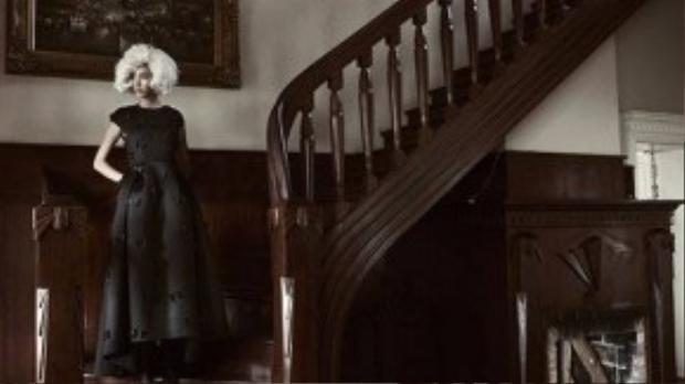 Váy xòe được đính hoa nổi đã khiến bộ trang phục màu đen không trở nên nhàm chán.