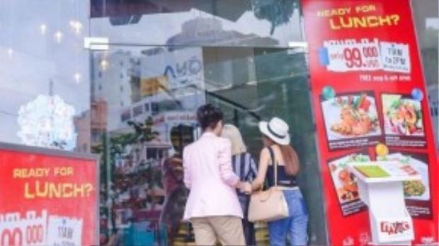 Cả ba bước vào một cửa hàng đồ ăn khá nổi tiếng tại TP HCM
