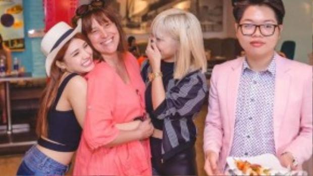 Ngoài ra trong cuộc hẹn còn có sự xuất hiện của cô giáo dạy thanh nhạc trong chương trình Giọng hát Việt.