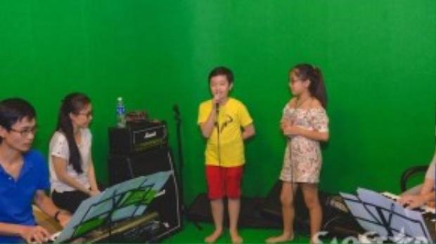Cẩm Ly cùng hai thí sinh Nhã Thy và Trương Thế Thanh chăm chỉ luyện giọng trong phòng tập.