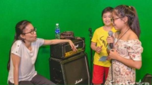 Cả 3 cô trò trò chuyện khá vui vẻ, Cẩm Ly là HLV rất hiểu tâm lý của trẻ nhỏ và cô luôn biết cách làm thế nào để các em tự tin hơn khi hát.