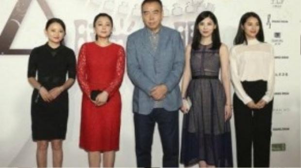 Đạo diễn Trần Khải Ca và vợ - Trần Hồng (váy đỏ).
