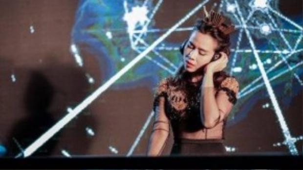 Cô trổ tài chơi DJ trong MV.