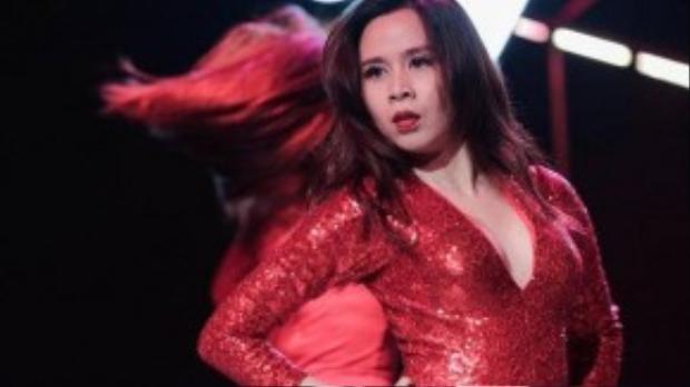 """Bà xã Hồ Hoài Anh cũng nhấn mạnh với giới truyền thông trong một cuộc phỏng vấn gần đây: """"Hiện tại tôi cảm thấy mình nữ tính và gợi cảm hơn bao giờ hết. Dù đã có con nhưng tôi vẫn tự tin vào vũ đạo và body của mình""""."""