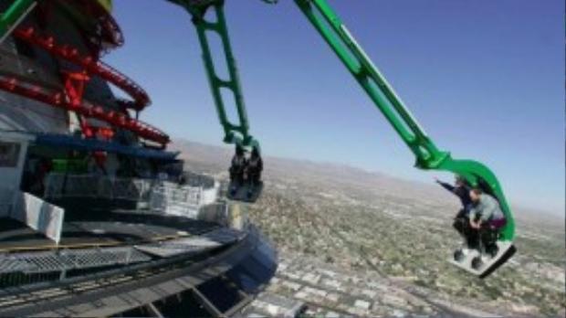 """""""Vòng quay cuồng loạn"""" sẽ khiến người chơi rùng mình khi nằm trên đỉnh tháp Stratosphere. Khi vòng quay vận hành, du khách sẽ được trải nghiệm cảm giác cách xa tháp 1.900 mét ở độ cao 27.000 mét."""