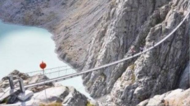 Cầu Trift trải dài, bắc qua vực núi đá ở Thụy Sĩ. Cầu có chiều dài khoảng 560 bước chân.