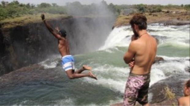 Hồ Quỷ là một hồ nước tự nhiên trên thác Victoria, nằm ở biên giới giữa Zambia và Zimbabwe. Cảm giác nhảy xuống hồ quỷ khiến bạn nghĩ mình đang lặn ra khỏi các vách đá.