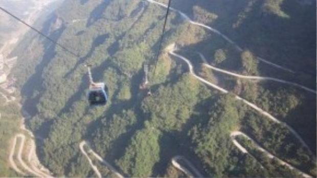 Cáp treo Thiên Môn Sơn ở Trung Quốc đưa du khách từ Trương Gia Giới đến Cổng trời. Với tổng chiều dài 7.455 mét, đây cũng là tuyến cáp treo cài nhất thế giới.