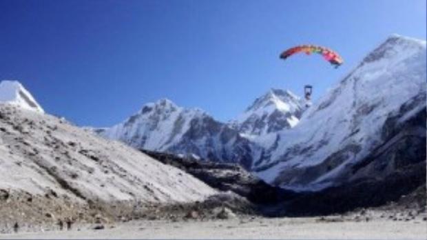 Trên đỉnh Everest, bạn sẽ nhảy ra khỏi máy bay trực thăng ở độ cao 902,208 mét. Bạn sẽ được rơi tự do và ngắm cảnh trên đỉnh núi cao nhất thế giới.