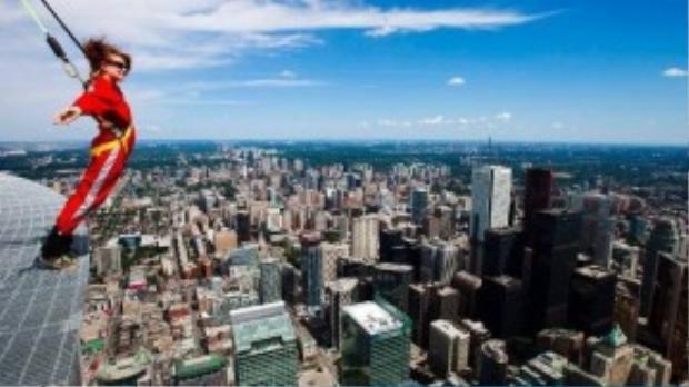 Đến tháp CN ở Toronto, du khách sẽ được trang bị dây cáp bảo hiểm và đi bộ quanh rìa tòa tháp với độ cao cách mặt đất 35.600 mét.