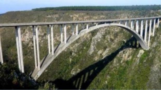 Bạnsẽ phải bước qua cầu Bliykrans, nằm ở Western Cape, Nam Phi trước khi tham gia vào màn nhảy cầu (Bungy Jump) có dây an toàn ở độ cao gần 20.000 m.