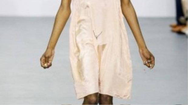 Ashish còn gây chú ý khi cho một mẫu nam diện váy ngủ in họa tiết nhạy cảm.