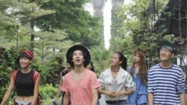 """Sau phần thi chụp hình dưới nước và chọn ra top 7, các thí sinh đã ngay tức tốc lên đường sang Singapore để tiếp tục cuộc hành trình """"Keep Moving - Không ngừng chuyển động"""" của mình."""