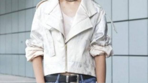 Hồng Vân diện jacket cùng jeans rách ấn tượng.