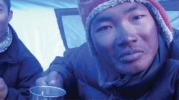 Mặt của Phan Thanh Nhiên bị sạm đen vì bỏng lạnh ở nhiệt độ từ -30 đến - 40 độ C. Hành trình chinh phục Everest lànhững chuỗi ngày dài mà anh luôn phải đấu tranh tư tưởng giữa sự sống và cái chết, giữa đi tiếp hay bỏ cuộc.