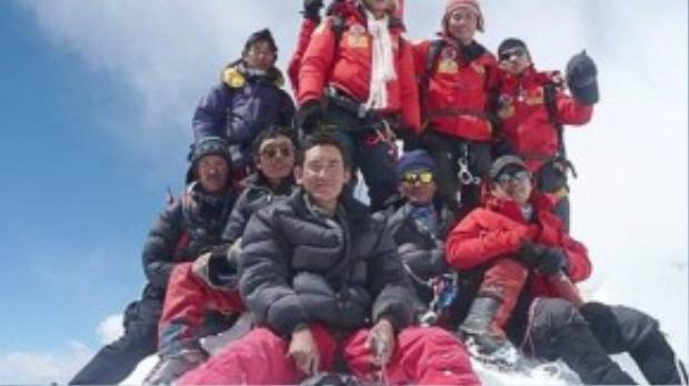 """Ngày 22/5/2008, ba nhà leo núi Bùi Văn Ngợi (25 tuổi), Phan Thanh Nhiên (23 tuổi) và Nguyễn Mậu Linh (31 tuổi) đã ghi tên mình vào lịch sử khi trở thành những người Việt Nam đầu tiên chinh phục được """"nóc nhà thế giới"""" - đỉnh Everest (Nepal) với độ cao 8.850 m."""