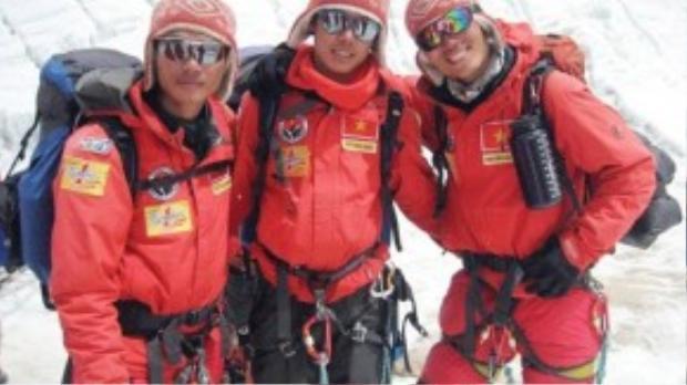 Ba chàng trai Phan Thanh Nhiên, Bùi Văn Ngợi và Nguyễn Mậu Linh (từ trái sang phải) bắt đầu hành trình chinh phục Everest với hành trang lớn nhất trong tay là tinh thần màu cờ sắc áo.