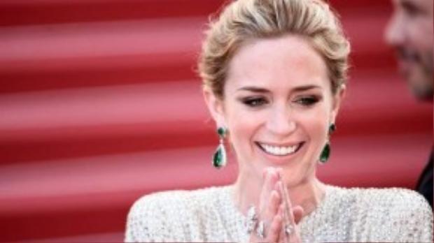 """Một nhà phê bình nhận xét: """"Dù xuất hiện bên cạnh huyền thoại Meryl Streep nhưng Emily đã hớp hồn khán giả ở từng cảnh mà cô xuất hiện""""."""