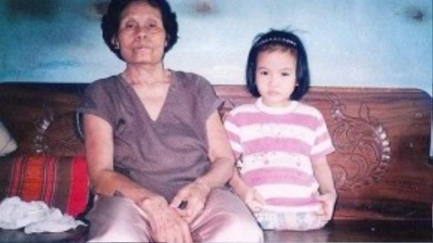 Kanya lúc 5 tuổi, chụp hình với mẹ nuôi.