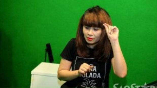 Trong buổi tập luyện còn có Giám đốc âm nhạc Lưu Thiên Hương, cô là người hướng dẫn trực tiếp cũng như chọn bài cho Quang Anh.